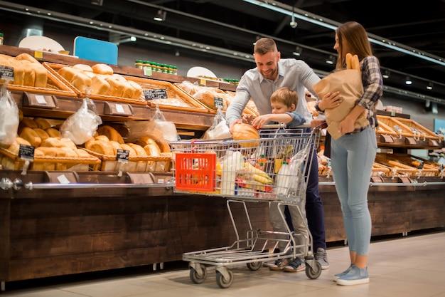 Młoda rodzina wybiera chleb w supermarkecie