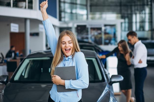 Młoda rodzina wybiera samochód w samochodowej sala wystawowej