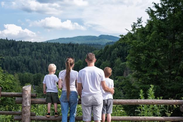Młoda rodzina z dwójką dzieci na łonie natury. weekend z rodziną