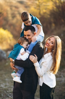 Młoda rodzina z dwoma synami razem poza parkiem