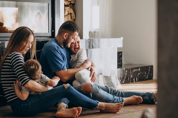 Młoda rodzina z dwoma synami w domu