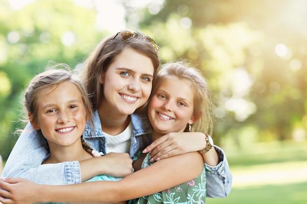 Młoda rodzina z dziećmi bawiąca się na łonie natury