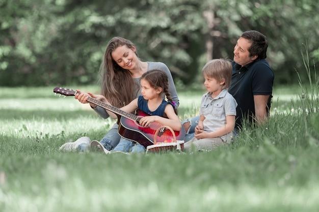 Młoda rodzina z dziećmi spędza razem wolny czas. dobry czas
