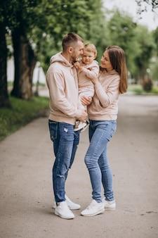 Młoda rodzina z ich małym dziecka dzieckiem w parku