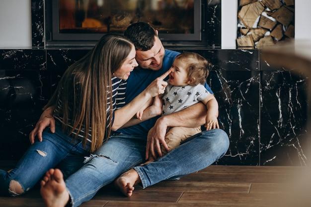 Młoda rodzina z ich małym synem w domu