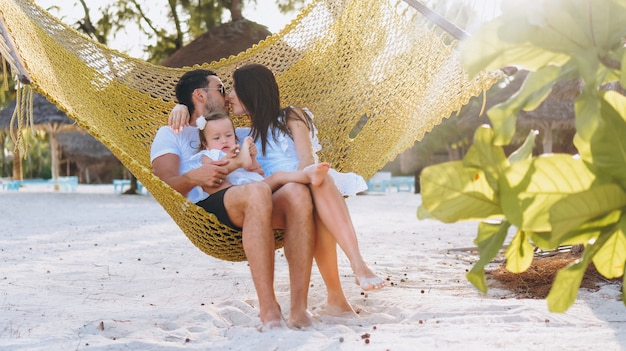 Młoda rodzina z małym daugher na wakacje nad oceanem