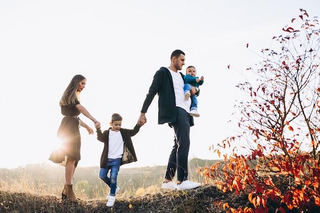 Młoda rodzina z małym syna odprowadzeniem w parku
