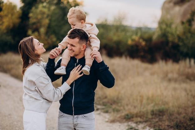 Młoda rodzina z małym synkiem w parku