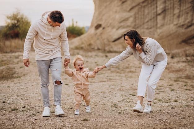 Młoda rodzina z synkiem, wspólna zabawa