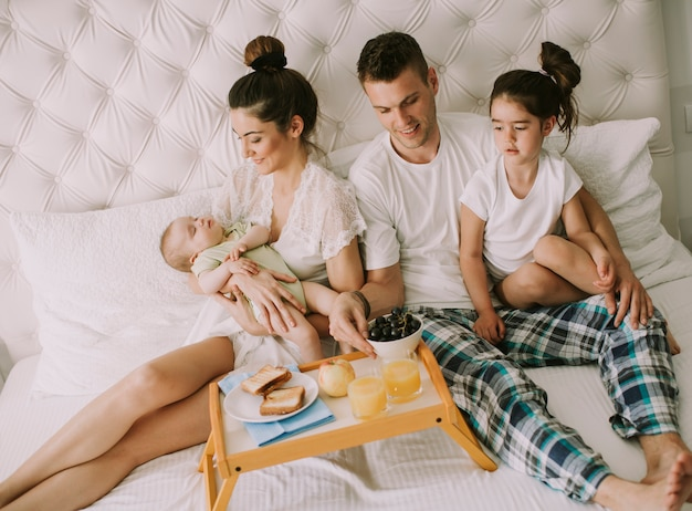 Młoda rodzinnie na łóżku