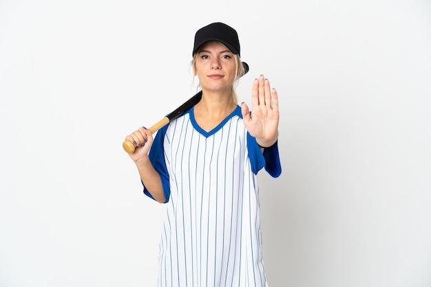 Młoda rosjanka gra w baseball na białym tle na białej ścianie co gest stopu