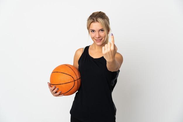 Młoda rosjanka gra w koszykówkę na białym tle na białym tle robi nadchodzący gest
