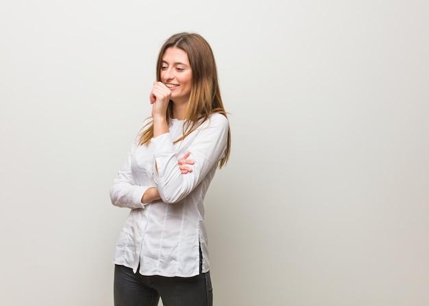 Młoda rosjanka kaszle, chora z powodu wirusa lub infekcji