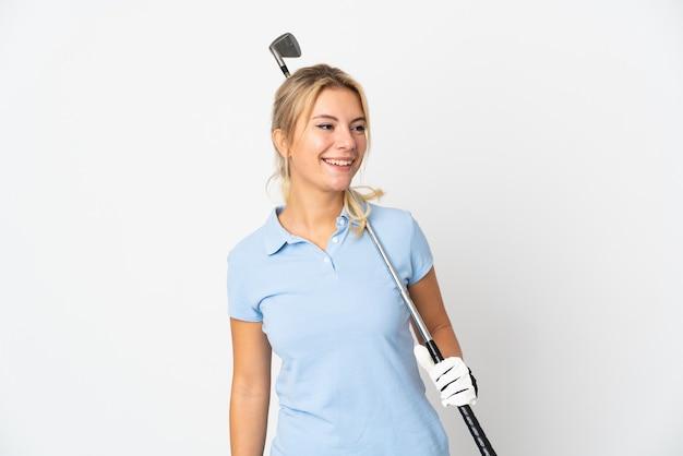 Młoda rosjanka na białym tle gra w golfa