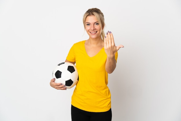 Młoda rosjanka na białym tle na białym tle z piłką nożną i robi nadchodzący gest