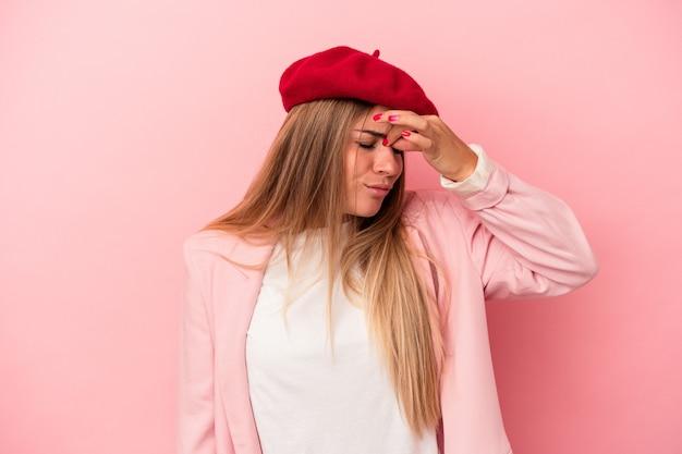 Młoda rosjanka na białym tle na różowym tle pokazując kciuk w dół, koncepcja rozczarowanie.