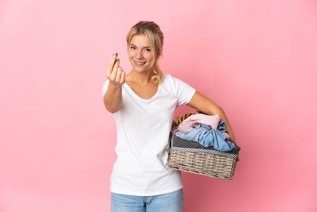 Młoda rosjanka trzymająca kosz na ubrania