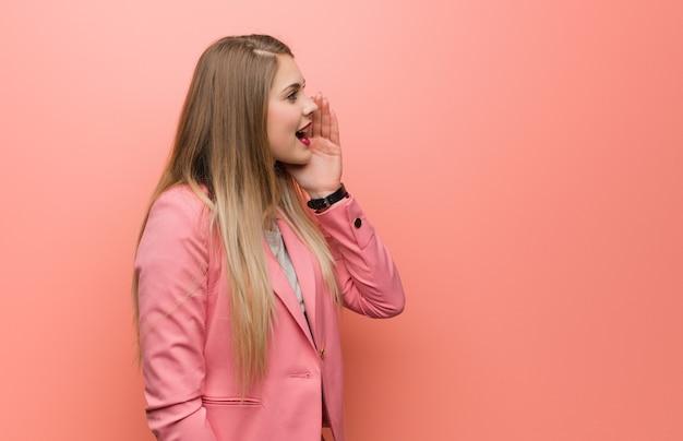 Młoda rosjanka w piżamie szepcze półgłosem plotek