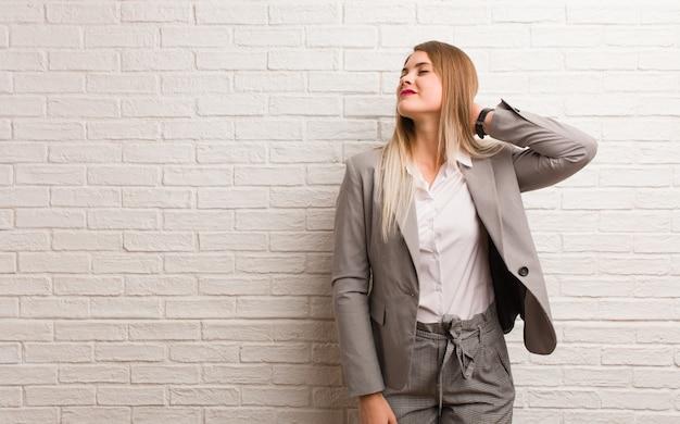 Młoda rosyjska biznesowa kobieta cierpi ból szyi