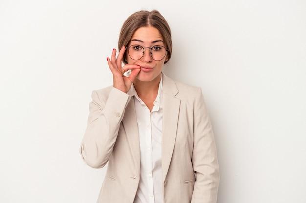 Młoda rosyjska biznesowa kobieta odizolowywająca na białym tle z palcami na ustach zachowując tajemnicę.