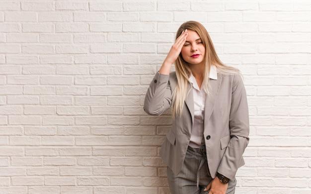 Młoda rosyjska biznesowa kobieta próbuje słuchać plotek