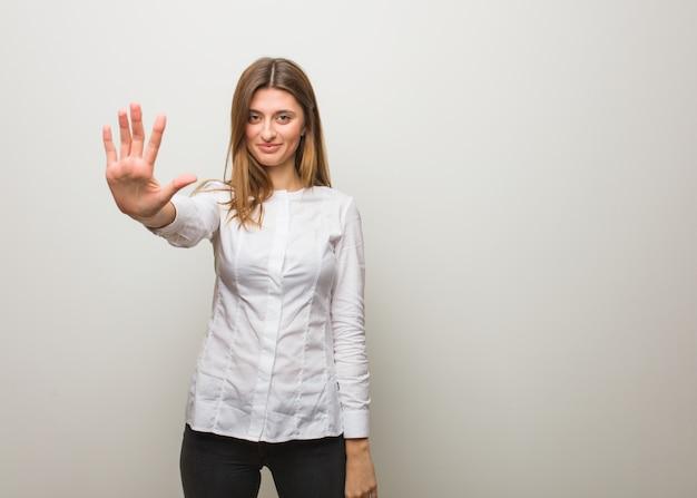 Młoda rosyjska dziewczyna pokazuje liczbę pięć