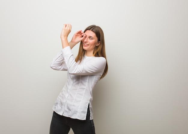 Młoda rosyjska dziewczyna robi gestowi spyglass