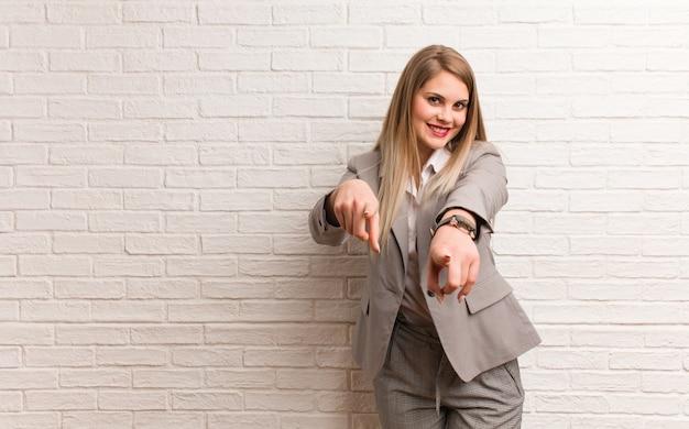 Młoda rosyjska kobieta marzy o osiągnięciu celów i zamierzeń