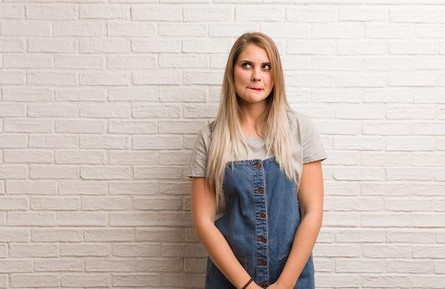 Młoda rosyjska modniś kobieta myśleć o pomysle