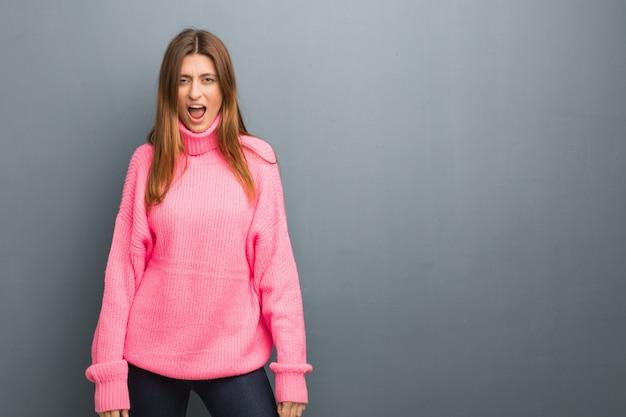 Młoda rosyjska naturalna dziewczyna krzyczy bardzo gniewnego i agresywnego