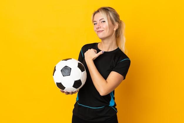 Młoda rosyjska piłkarka na białym tle