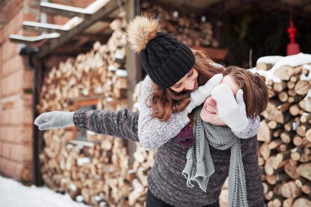 Młoda rozochocona para w kabinie w romantycznym głąbiku w zimie