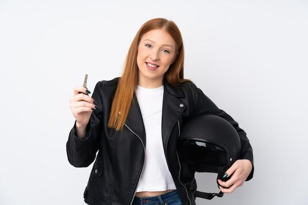 Młoda rudzielec kobieta z hełma motocyklem