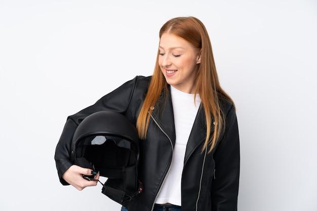 Młoda rudzielec kobieta z hełma motocyklu z szczęśliwym wyrażeniem