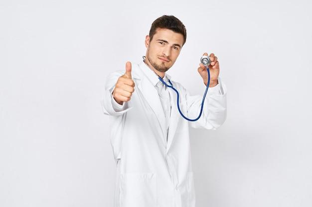 Młoda samiec lekarka w doktorski kostiumu pozować