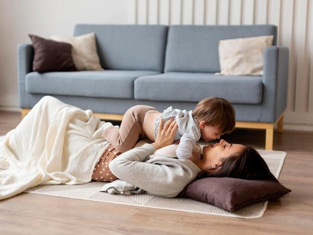 Młoda samotna matka spędzająca czas z córką