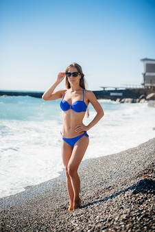 Młoda seksowna dziewczyna odpoczywa na oceanie w słoneczny dzień. rekreacja, turystyka.