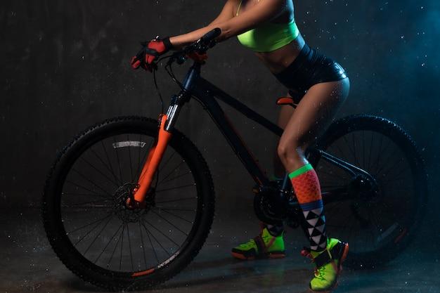 Młoda seksowna dziewczyna w krótkich spodenkach na rowerze.