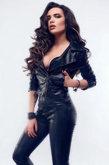 Młoda seksowna dziewczyna z długimi włosami w skórzanej kurtce