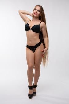 Młoda seksowna kobieta o wspaniałej figurze w czarnej bieliźnie