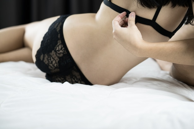Młoda seksowna para zakochanych leżąc w łóżku