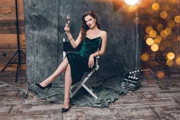 Młoda seksowna stylowa kobieta na kino za kulisami, świętuje z lampką szampana