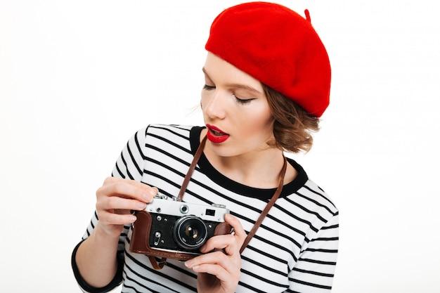 Młoda skoncentrowana fotograf kobieta