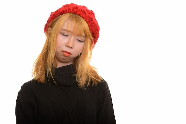 Młoda śliczna azjatycka kobieta czuje się smutna i wyczerpana