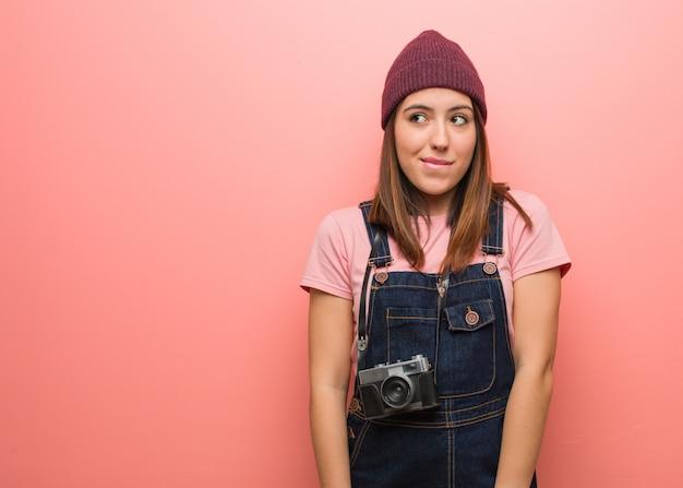 Młoda śliczna fotograf kobieta myśleć o pomysle