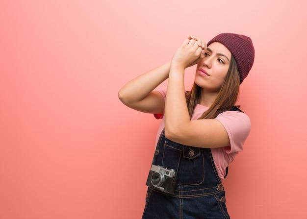 Młoda śliczna fotograf kobieta robi gestowi spyglass