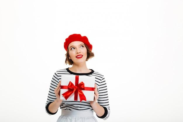 Młoda śliczna kobieta trzyma prezenta niespodzianki pudełko.