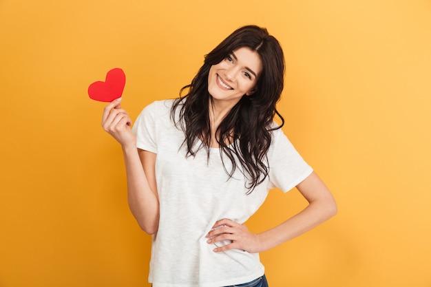 Młoda śliczna ładna kobieta trzyma serce.