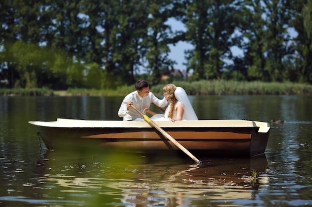 Młoda ślub para żegluje na łodzi