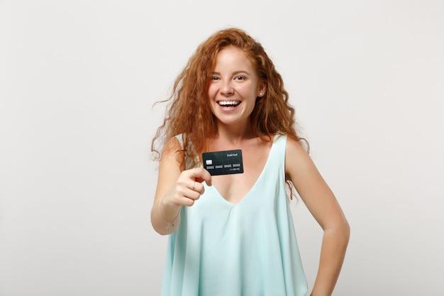 Młoda śmiejąca się ruda kobieta dziewczyna w dorywczo lekkie ubrania pozowanie na białym tle na białym tle, portret studio. koncepcja życia szczere emocje ludzi. makieta miejsca na kopię. posiadanie karty kredytowej banku.